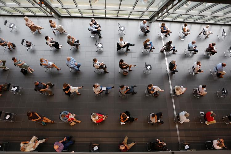 Besucher bei der Ausstellungseröffnung 2020