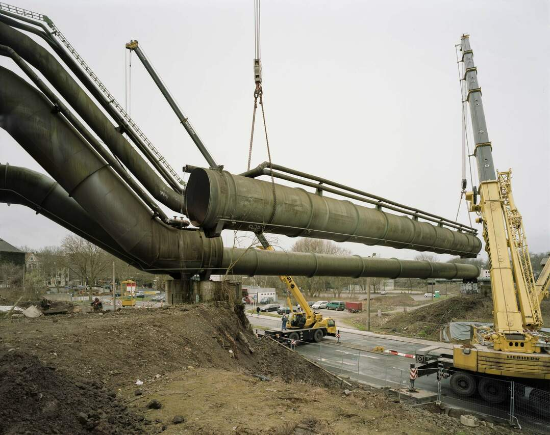 Demontage einer Gichtgas-Leitung über der Faßstraße