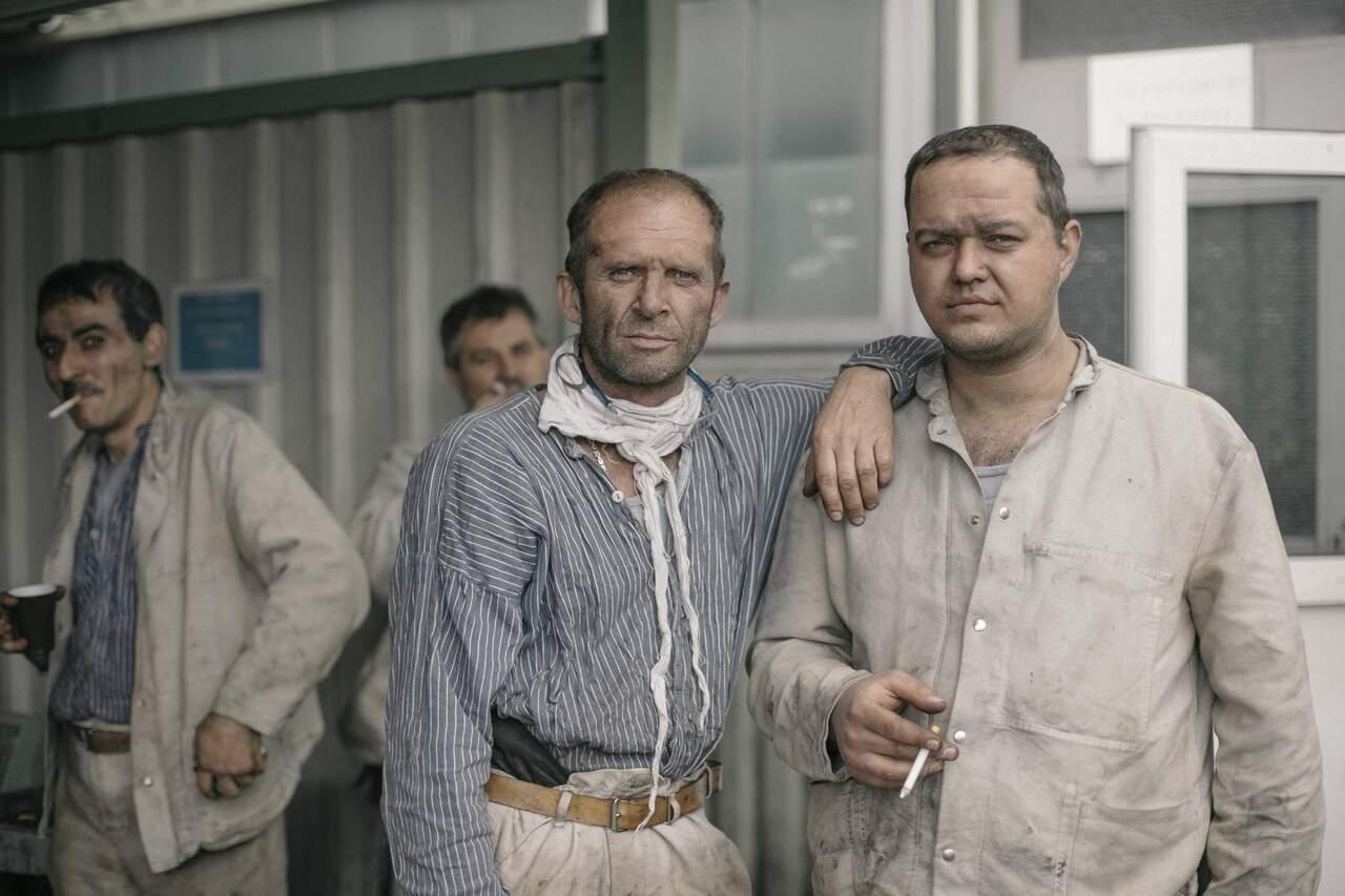 Etwa 2.500 noch tätige Bergmänner verlieren dann endgültig ihre Arbeit. Abertausende haben dann die durch Dunkelheit, Schweiß und Gefahren eingeschworene Gemeinschaft verlassen