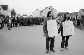 Bundeswehr-Präsentation in der Gutav-Heinemann-Kaserne in Essen-Kray, antimilitaristische Demonstration