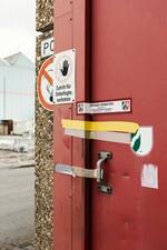 Eingangstür zu kontaminierter Halle