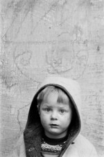 Kinderporträt vor Kreidefratze, Duisburg-Hochfeld