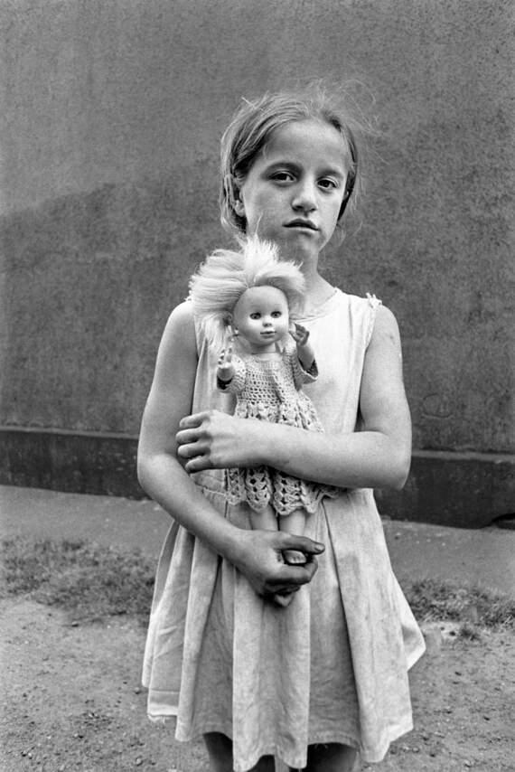 Kind mit Puppe, Duisburg-Hamborn