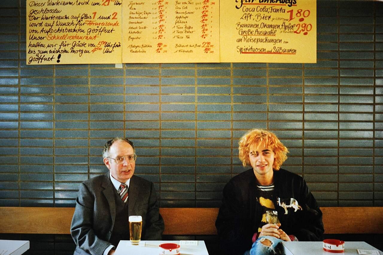 Anton Lohse und Jacho, Bahnhofsgaststätte auf dem Gleis