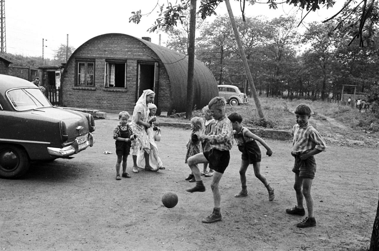 """Ballspielen vor einer """"Nissenhütte"""", Ortsteil Rauxel"""