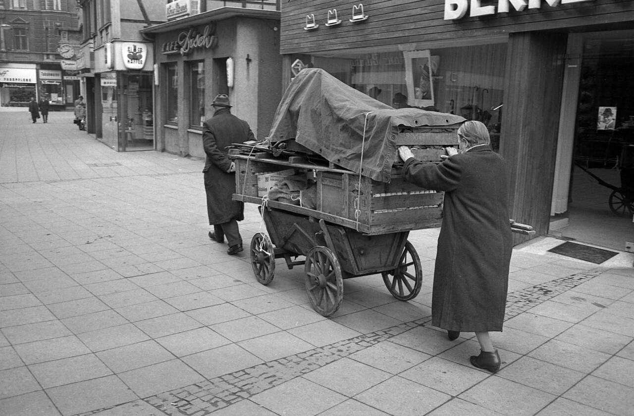 Umzug per Bollerwagen in der Castroper Innenstadt