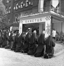 Fronleichnamprozession mit dem Altar vor dem St. Rochus Hospital, Salzkottener Nonnen
