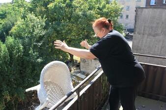Ein Abrisshaus in der Edithstrasse 19/21 wird von der Verwalterin des Vermieters leer geräumt