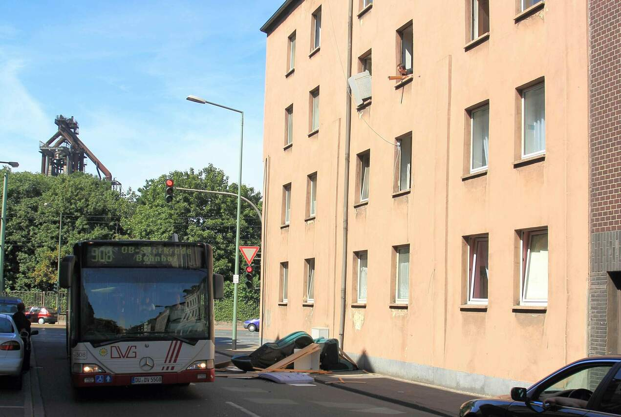 Der Hausbesitzer der Kaiser-Wilhelm Strasse 50 wirf die Möbel eines ehemaligen Mieters auf die Strasse