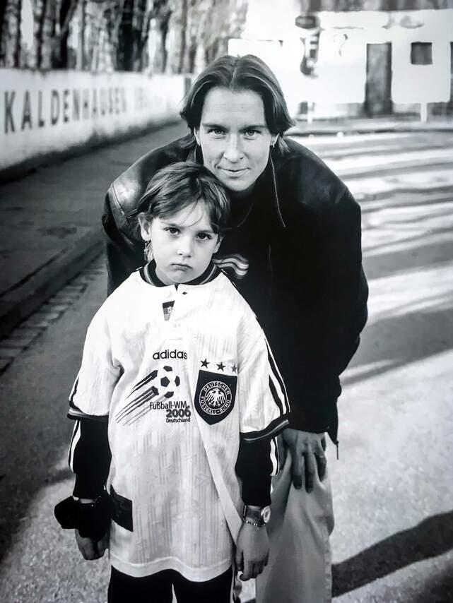 Martina Voss mit ihrer Tochter, Kapitänin vom FCR Duisburg und Spielführerin der Nationalmannschaft