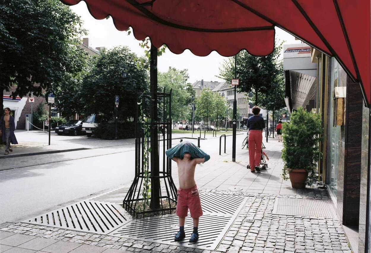 Straßenszene mit Kind auf der alten B 1