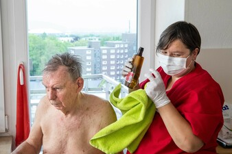 Ambulante Pflege bei einem Schlaganfall-Patienten